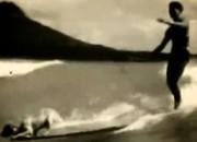Cão NIght Hawk e seu dono Philip Auna, Anos 30, Waikiki, Hawaii. Foto: Reprodução / FX Blues Video Cubbyhole.