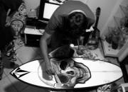 Tinta acrílica sobre prancha de surf, arte de Bruno Alvares. Foto: Osvaldo Pok Junior.