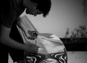 Bruno Alvares aplica tinta acrílica sobre prancha de surf, na obra Kate Moss. Foto: Osvaldo Pok Junior.
