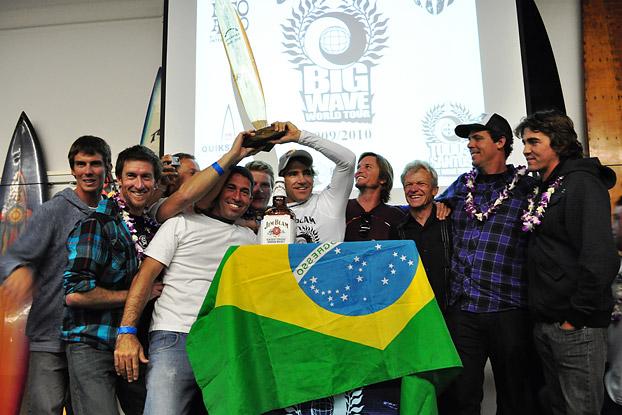 Carlos Burle (de boné ao centro) foi o primeiro campeão mundial do BWWT em 2010. Foto: Scott Eggers.