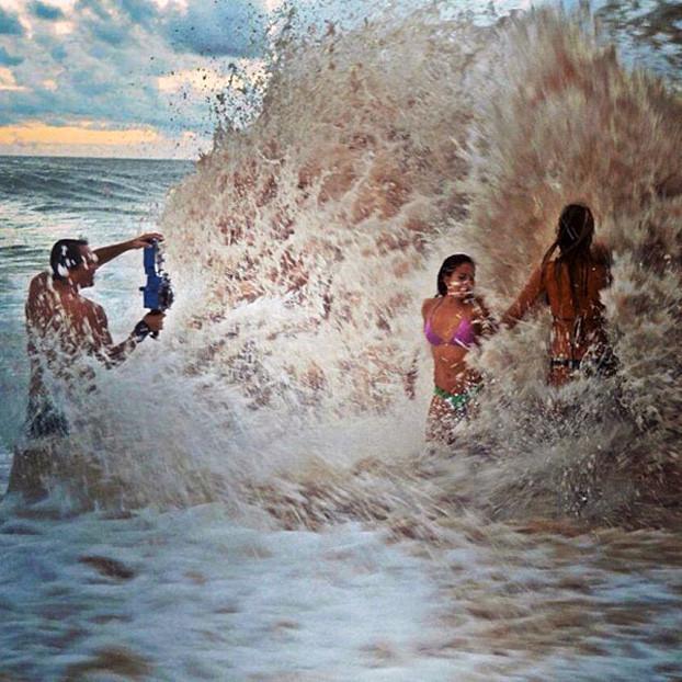 Mais uma do Clark Little em ação, agora fotografando as surfistas Alana Blanchard e Nage Melamed. Foto: Instagram.