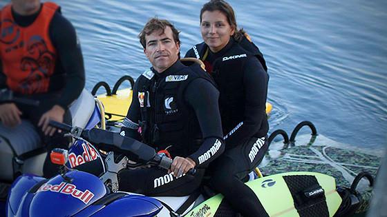Carlos Burle e Maya Gabeira, Nazaré, Portugal. Foto: Arquivo Pessoal.